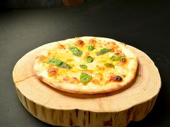 オジャの絶品メニュー フレッシュトマト・バジル・3種のチーズマルゲ 1058円