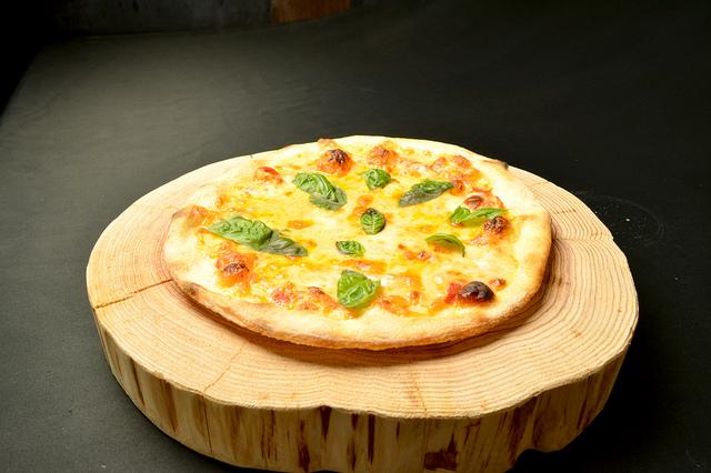 フレッシュトマト・バジル・3種のチーズマルゲ 980円 (税込1,058円)