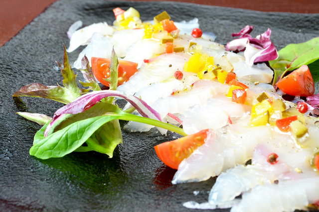 鮮魚のカルパッチョ 800円 (税込864円)
