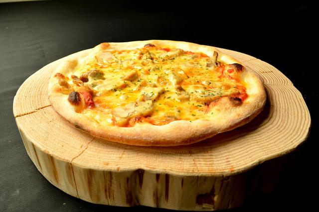 自家製スモークチキンのピザ 1,100円 (税込1,188円)
