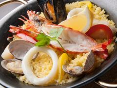 魚介たっぷりパエリア 2,300円 (税込2,484円)