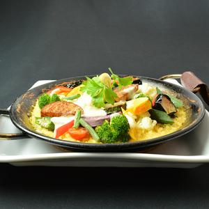 オジャのパエリア - オジャのパエリアは、たっぷりの魚介からとったスープで、注文をいただいてから米から炊き上げる本格的なパエリアです。ぜひ、アツアツ出来たてを召し上がってください。