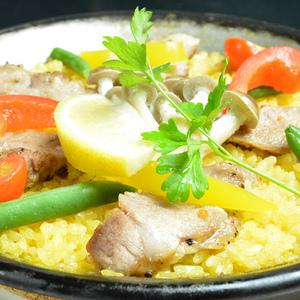 オジャのパエリア - オジャのパエリアは、たっぷりの魚介からとったスープで、注文をいただいてから米から炊き上げる本格的なパエリアです。ぜひ、アツアツ出来たてを召し上がってください。 ※パエリアのご注文は2人前からとなります。