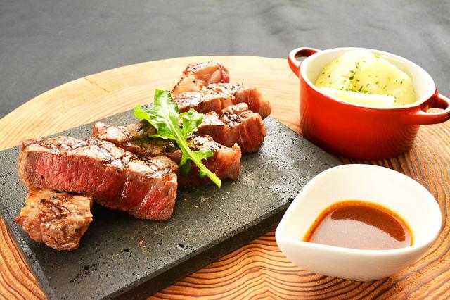 国産牛フィレステーキ(120g)~ 牛テールデミグラスソース ~ 2,500円 (税込2,700円)