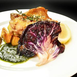 オジャの絶品メニュー 軽くスモークした鶏モモ肉とジャガイモのロースト 1,320円 (税込1,452円)