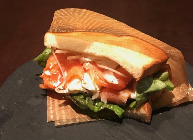 サーモン&クリームチーズサンド 590円 (税込649円)