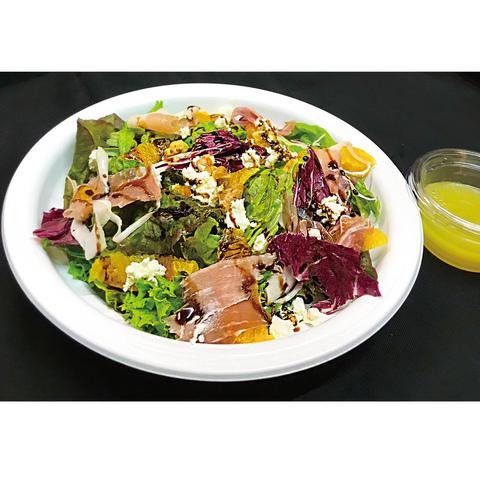 リコッタチーズと生ハムのオレンジサラダ 680円 (税込748円)