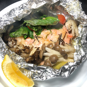 オジャの絶品メニュー 鮮魚とキノコのホイル包み焼き 809円 (税込890円)